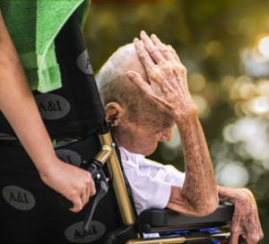 La obstinación terapéutica y la la eutanasia constituyen una mala práctica médica y una falta deontológica seria ante el enfermo.