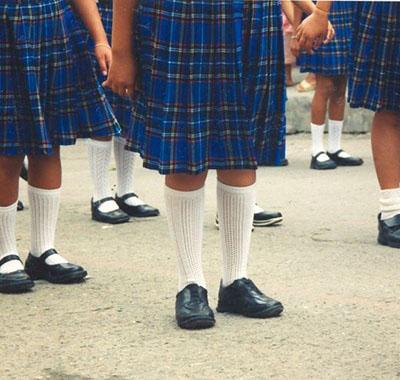 Niños transexuales femeninos podrán utilizar falda en el colegio y dormir en el dormitorio de las niñas si se cuestiona su identidad de género.