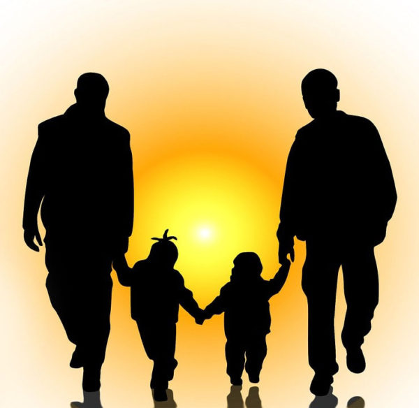 Hijos de parejas homosexuales. Parece que se detectan problemas emocionales en los niños adoptados por parejas del mismo sexo.
