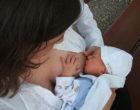 Una mujer transexual consigue amamantar a su hijo