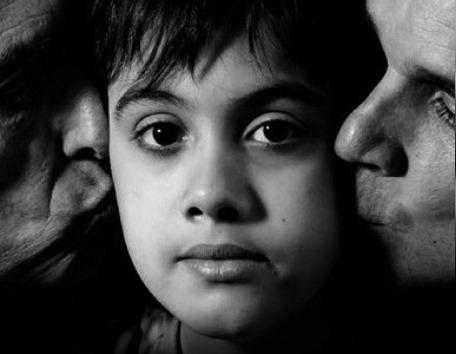 Custodia de niños de parejas homosexuales.Una pareja gay y otra lesbiana la reclaman, el niño fue concebido para criarlo como hijo por las dos parejas.