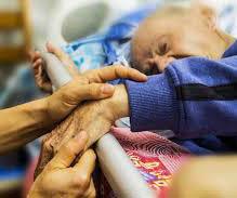 Sedación y eutanasia. ¿Cuándo es lícito sedar a un paciente y cuándo es eutanasia encubierta? En la opinión pública se equiparan algunas veces los cuidados paliativos y la sedación profunda con la eutanasia.