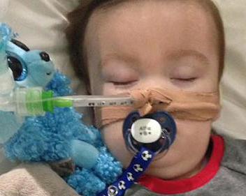 """Los padres de Alfie Evans siguen luchando para salvar a su hijo, en """"estado semi-vegetativo"""" debido a una enfermedad neurológica degenerativa desconocida. El Tribunal Supremo del Reino Unido ha autorizado a desconectarlo del soporte que lo mantiene con vida."""