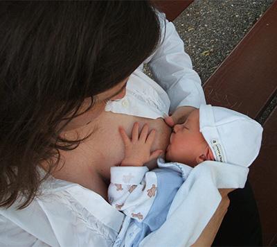 Una mujer transexual ha conseguido amamantar a un bebe adoptado durante seis semanas. El hecho médico de ninguna forma obvia la dificultad bioética que subyace en el fondo de estas prácticas.