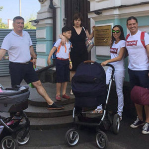 Familias españolas con bebés adquiridos mediante vientres de alquiler en Kiev siguen retenidas