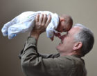 La edad del padre puede afectar en las mutaciones genéticas de sus hijos