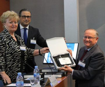 Justo Aznar recibe el premio a su Trayectoria Bioética en España