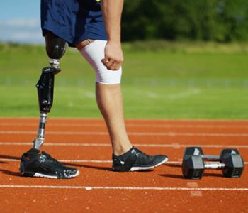 Logran fusionar una pierna biónica con el sistema nervioso de la persona amputada