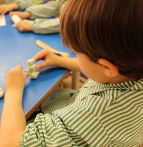 Gran Bretaña recomienda comprobar el estado de los niños antes de reabrir los centros educativos