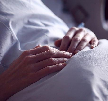 ¿Es ético suprimir los tratamientos vitales en pacientes con trastornos prolongados de la consciencia?