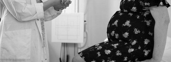 """El modo de comunicar """"malas noticias"""" prenatales influye en la toma de decisiones de las madres gestantes"""
